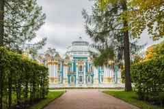 偏僻寺院亭子在凯瑟琳的公园在Tsarskoe近Selo 免版税库存图片