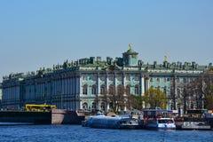 偏僻寺院和宫殿桥梁在圣彼德堡,俄罗斯 库存图片
