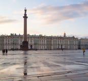 偏僻寺院和宫殿正方形在圣彼得堡 免版税库存照片