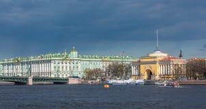 偏僻寺院和海军部大厦,圣彼得堡,俄罗斯 免版税库存照片
