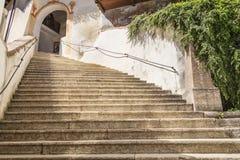 偏僻寺院的台阶 免版税库存照片