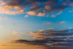 偏僻的天线在日落天空下 库存图片