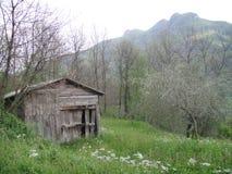 偏僻的小屋在草甸 库存图片