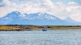 偏僻的小船,纳塔莱斯港,巴塔哥尼亚,智利 免版税库存照片