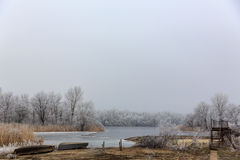 偏僻的小船 在湖的冰 33c 1月横向俄国温度ural冬天 库存照片