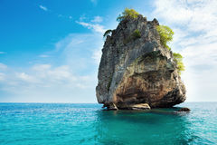 偏僻的岩石海运 krabi泰国 库存图片