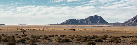 偏僻的汽车在沙漠 免版税库存照片
