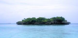 偏僻的海岛。浪潮。 库存照片