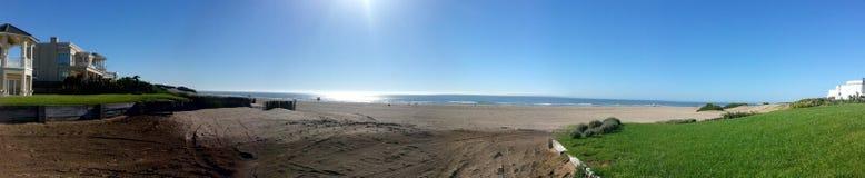 偏僻的海滩在早晨 库存照片