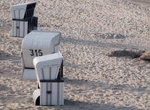 偏僻的海滩篮子 免版税库存照片