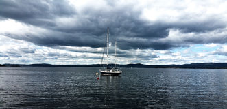 偏僻的游艇在有美丽的天空的挪威 免版税图库摄影