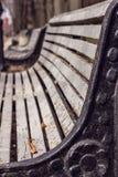 偏僻的老城市公园长椅 库存图片