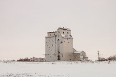偏僻的老木谷物仓库在冬天 免版税图库摄影
