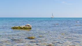 偏僻的船在海 免版税图库摄影