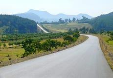 偏僻的路。风景自然。 免版税库存图片