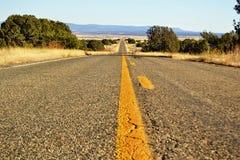 偏僻的路-尽头天际 免版税库存照片