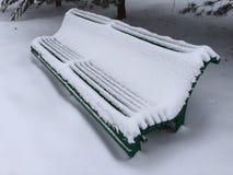偏僻的长凳在圣诞树下 免版税库存照片