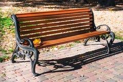 偏僻的长木凳在公园 图库摄影