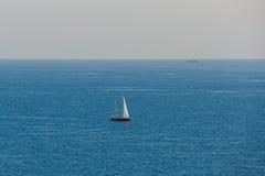 偏僻的风帆的看法在海 库存图片