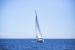 偏僻的风船在公海 浪漫行程 旅行 库存图片