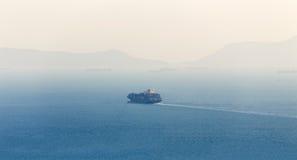 偏僻的货箱船 免版税图库摄影