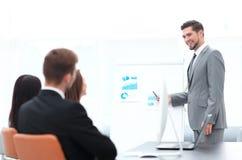 做一个介绍的商人在办公室 图库摄影