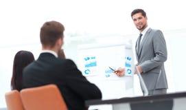做一个介绍的商人在办公室 免版税库存图片