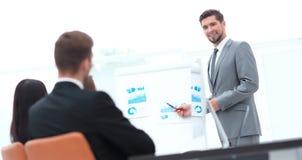 做一个介绍的商人在办公室 免版税库存照片