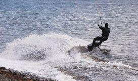 做一个巨型轮的风帆冲浪者 库存图片