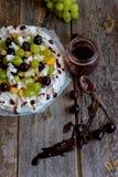 做一个帕夫洛娃点心用果子和果酱 免版税图库摄影