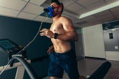 做一个性能测试的运动员在体育实验室 免版税库存图片