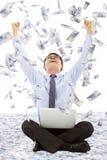 做一个成功的姿势有金钱雨背景的商人 免版税库存照片