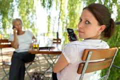 做一个断裂的两名女实业家在啤酒庭院里 免版税库存照片