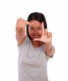 做一个框架用她的手的亚洲少妇 免版税库存照片