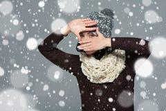 做一个框架用她的手的冬天衣物的妇女 免版税库存照片