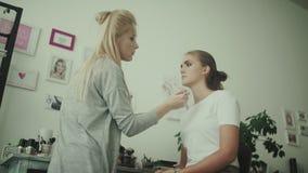 做一个美丽的女孩的构成的化妆师 股票录像