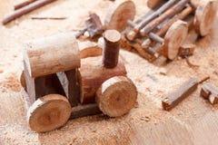 做一个自创玩具由木头制成,儿童` s活动火车 创造性和工艺 免版税库存照片