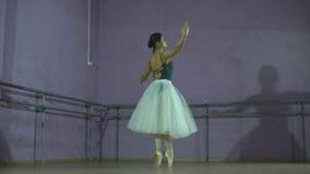做一个跃迁的芭蕾舞女演员在舞厅里 她穿有白色芭蕾舞短裙的紧身连衣裤 影视素材