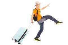 做一个滑稽的走的姿势的年轻背包徒步旅行者 免版税库存图片