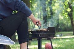 做一串烤肉的人在一个公园本质上 免版税图库摄影