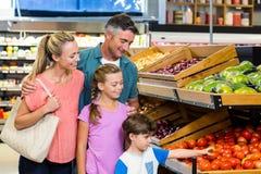 做一些购物的年轻家庭 免版税库存照片