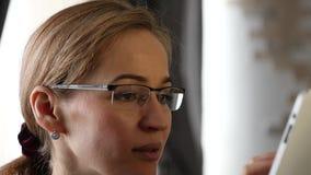 做一份视频通信在个人计算机片剂与朋友的白肤金发的女实业家 慢的行动 影视素材