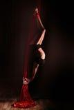 做一体操锻炼的女孩的美丽的剪影 免版税库存照片