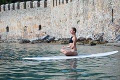 做一口瑜伽的适合的妇女 免版税库存图片