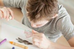 做一张概念性图画的男孩在纸 库存图片