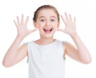 做一张滑稽的面孔的一个俏丽的女孩的画象。 免版税图库摄影