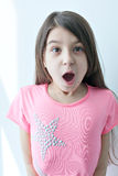 做一张滑稽的面孔的小女孩 库存图片