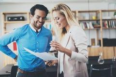 做一次巨大企业讨论的两位年轻专家在现代办公室 成功的确信的西班牙商人 库存照片