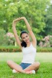 做一种锻炼的美丽的女孩在公园 免版税图库摄影