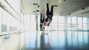 做一胳膊手倒立的男性舞蹈家 影视素材
